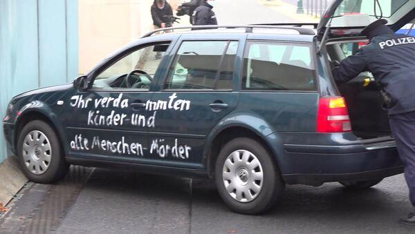 Автомобиль протаранил ворота канцелярии Меркель – видео - Sputnik Беларусь