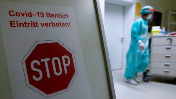 Предупреждающий знак с надписью COVID-19: вход запрещен! в больнице - Sputnik Беларусь