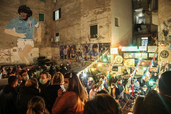 Неаполитанские последователи культа Диего собрались в испанском квартале - Sputnik Беларусь