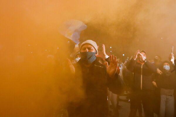 Итальянцы оплакивают смерть легенды аргентинского футбола Диего Марадоны у стадиона Сан-Паоло в Неаполе - Sputnik Беларусь