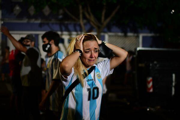 Фанаты Марадоны в день его смерти на стадионе Диего Армандо Марадоны в Буэнос-Айресе - Sputnik Беларусь