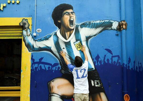 Фанаты Марадоны у стадиона Альберто Х. Армандо Ла Бомбонера в Буэнос-Айресе, Аргентина - Sputnik Беларусь