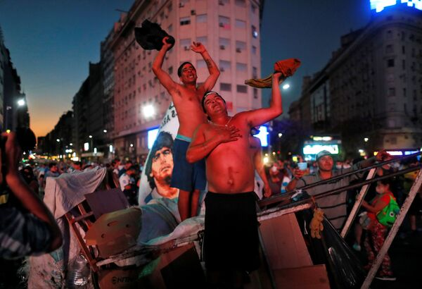 У Обелиска в Буэнос-Айресе люди стояли до самой глубокой ночи - Sputnik Беларусь