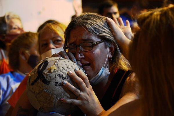 Футбольные фанаты провожают катафалк с гробом Диего Марадоны у похоронного бюро в Буэнос-Айресе - Sputnik Беларусь