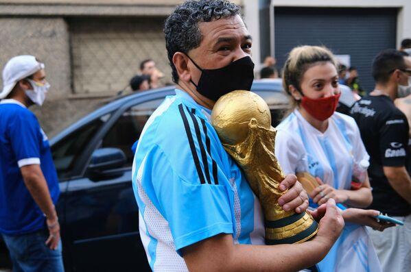 Фанаты у стадиона Диего Армандо Марадоны в Буэнос-Айресе, Аргентина - Sputnik Беларусь