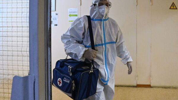 Фельдшер перед визитом к пациенту на дом  - Sputnik Беларусь
