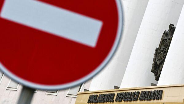 Дорожный знак около здания Парламента в Кишиневе - Sputnik Беларусь