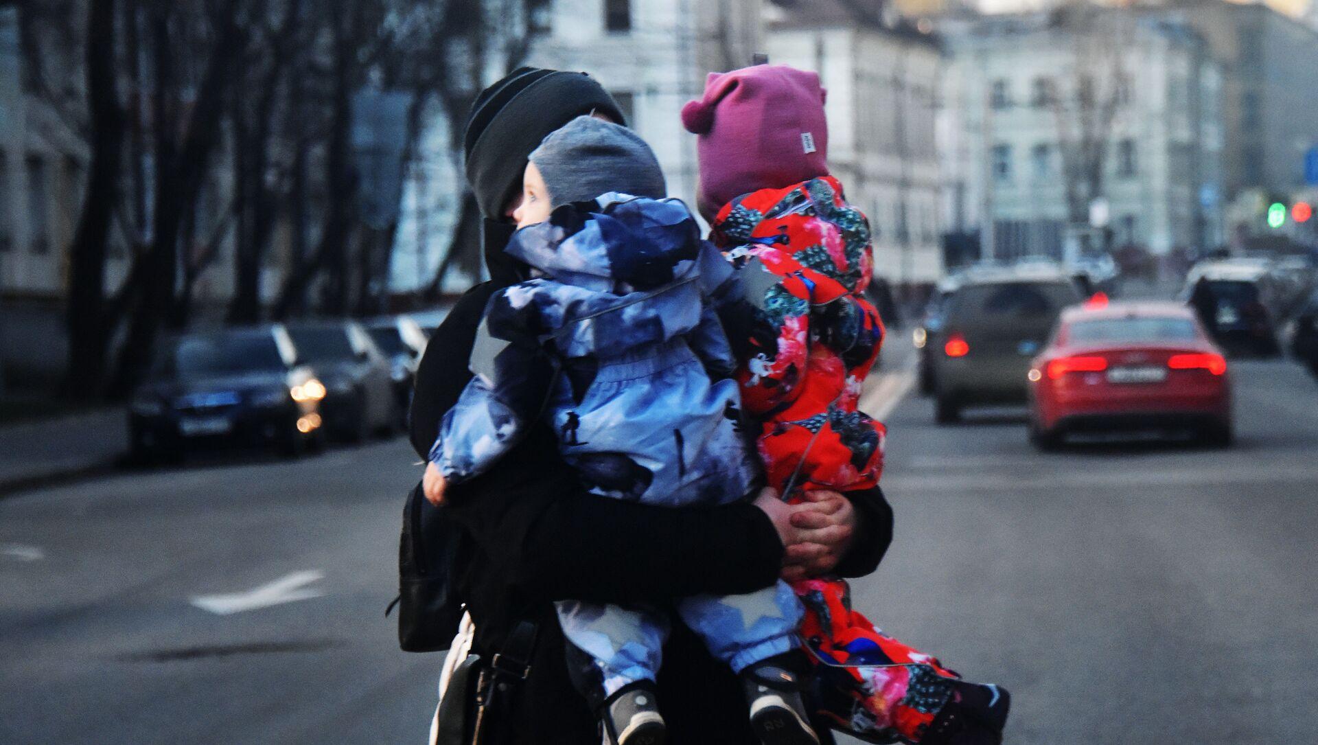 Мама з дзецьмі, архіўны фотаздымак - Sputnik Беларусь, 1920, 15.02.2021