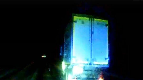 Инспекторы ГАИ остановили грузовик с уснувшим за рулем водителем - Sputnik Беларусь