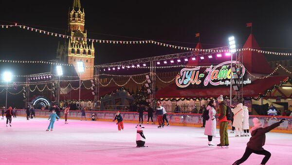 Гости катаются после открытия ГУМ-катка на Красной площади в Москве - Sputnik Беларусь