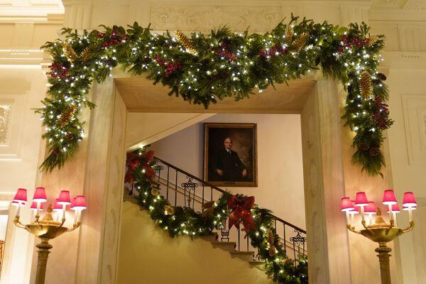 Парадная лестница Белого дома в рождественском убранстве  - Sputnik Беларусь