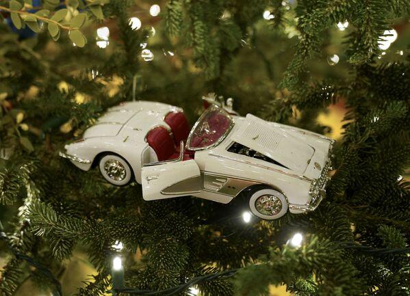 Елочная игрушка в виде машины на рождественской ели в Белом доме  - Sputnik Беларусь