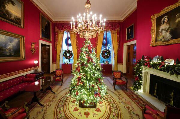 Красная комната в рождественских декорациях в Белом доме - Sputnik Беларусь