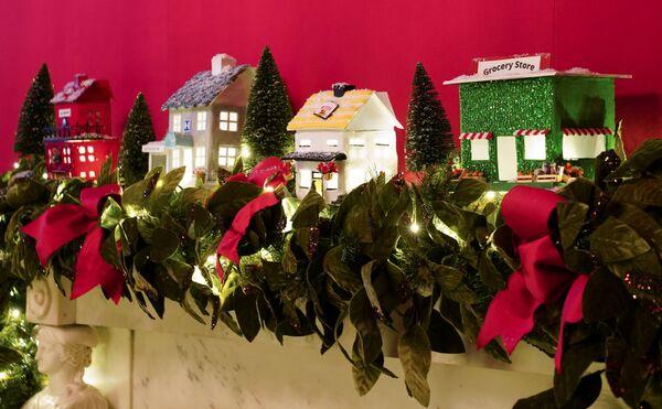Рождественские декорации в Красной комнате в Белом доме - Sputnik Беларусь