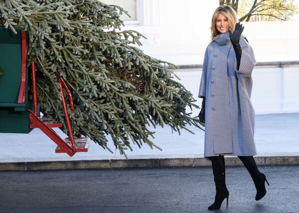 Мелания Трамп у рождественской ели для Белого дома - Sputnik Беларусь