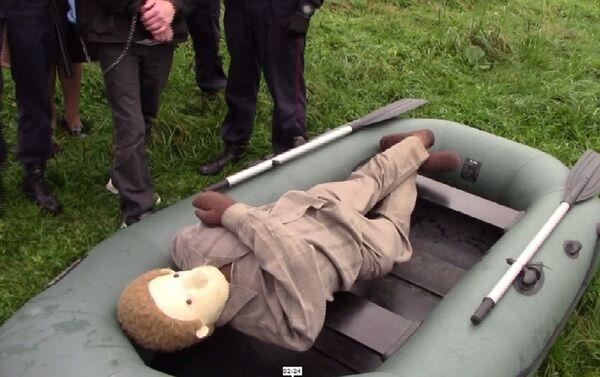 Обвиняемый продемонстрировал на манекене, каким образом был погружен труп в лодку - Sputnik Беларусь
