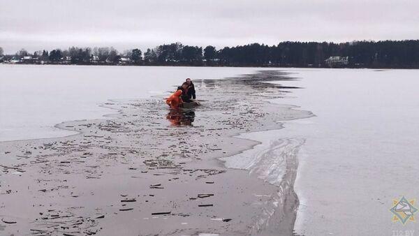 Спасатели работают на озере - Sputnik Беларусь