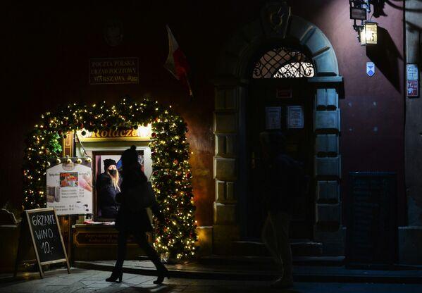 Новогодняя иллюминация возле входа в кафе на одной из улиц в Варшаве - Sputnik Беларусь