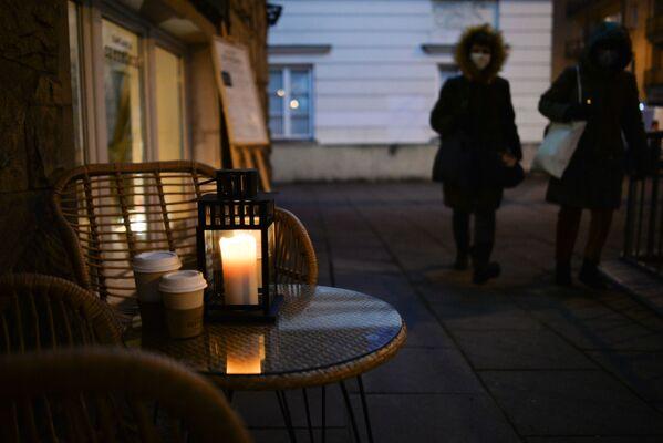 Свеча в кафе на одной из улиц в Варшаве - Sputnik Беларусь