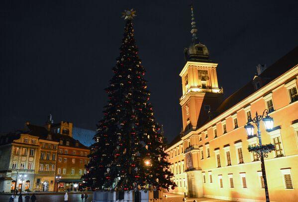 Новогодняя ель у Королевского замка в Варшаве - Sputnik Беларусь