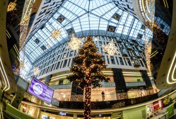 Новогодняя иллюминация в торговом центре на одной из улиц в Варшаве - Sputnik Беларусь