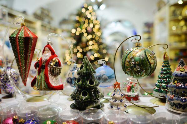 Елочные игрушки в витрине магазина в Варшаве - Sputnik Беларусь