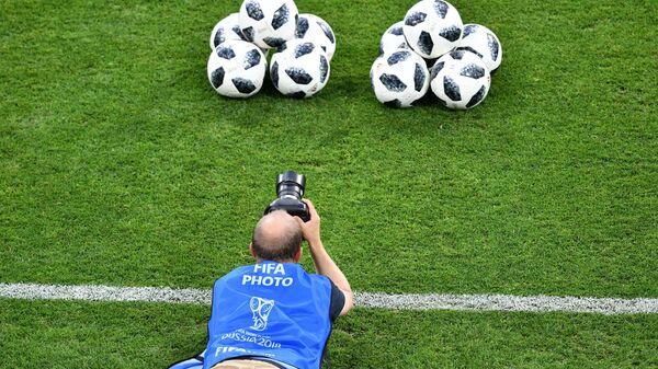 Фотограф перед началом матча группового этапа чемпионата мира по футболу между сборными Германии и Швеции - Sputnik Беларусь
