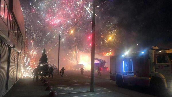 В Ростове-на-Дону загорелся торговый павильон с фейерверками - Sputnik Беларусь