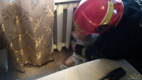 Дважды за сутки спасатели помогали застрявшим в батареях детям - видео - Sputnik Беларусь