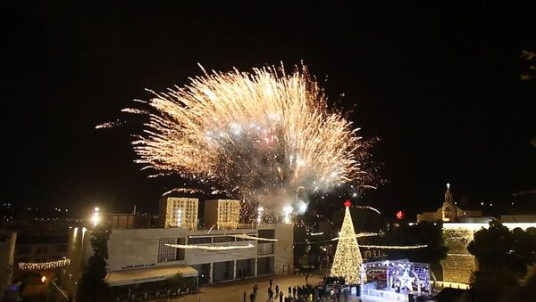Огни на елке зажгли в столице Рождества - видео - Sputnik Беларусь