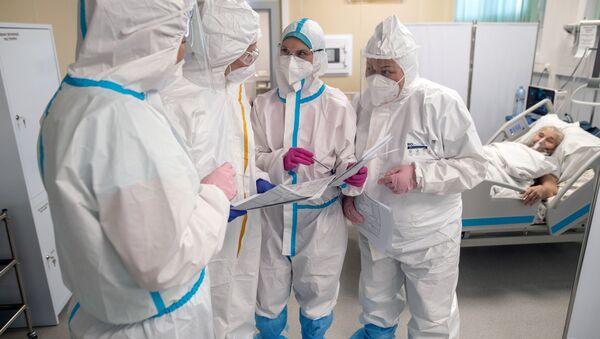 Медицинские работники и пациент в отделении реанимации и интенсивной терапии в госпитале для больных COVID-19 - Sputnik Беларусь