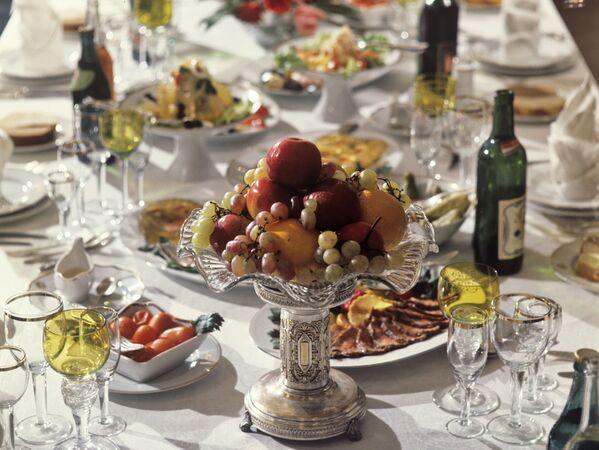Сервировка стола в 1970-е в ресторане. Дома хозяйки старались сделать также красиво: выложить фрукты в вазу, достать из серванта праздничный сервиз и бокалы. - Sputnik Беларусь