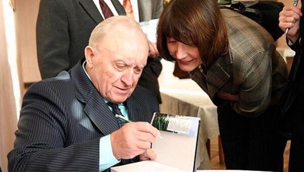 В 2008 году Вячеслав Кебич представил свою книгу воспоминаний и размышлений Искушение властью - Sputnik Беларусь