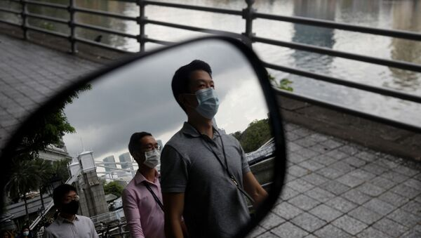 Люди в защитных масках в деловом квартале Сингапура - Sputnik Беларусь