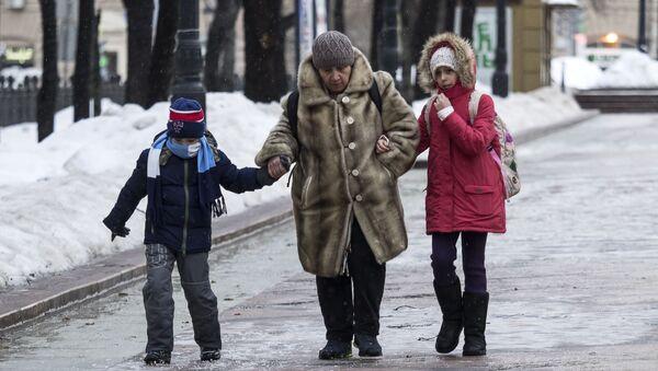Прохожие в парке, архивное фото - Sputnik Беларусь