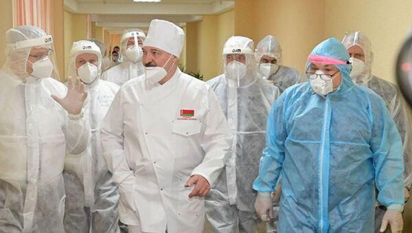 Александр Лукашенко во время посещения могилевской больницы 15 декабря 2020 года. Президент рассказывал, что перенес заболевание в легкой форме на ногах, но в интервью признался, что ему было тяжело, и он не успел до конца восстановиться перед посланием. - Sputnik Беларусь
