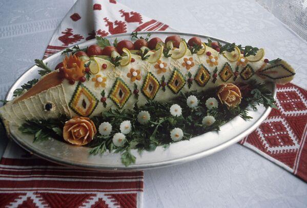 Фаршированная рыба, приготовленная советскими украинскими кулинарами. - Sputnik Беларусь