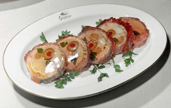 Судак, фаршированный оливками с перцем и лимоном.  - Sputnik Беларусь