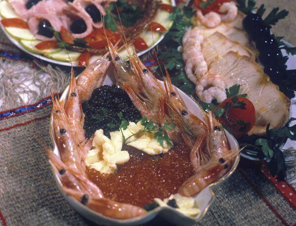 Традиционные для 1960-х закуски в ресторане: креветки, икра, осетрина. - Sputnik Беларусь