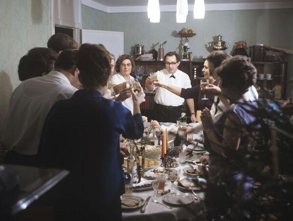 Новый год практически все советские граждане отмечали дома или в гостях, стараясь накрыть стол максимально разнообразно. В ход шла любая рыба, которую можно было нафаршировать, варили холодец, доставали домашние грибочки и соленья, извращались с обычными куриными яйцами, превращая их в кулинарный изыск. Заранее закупали шампанское, икру, консервы и конфеты (Не трогай, это на Новый год!). - Sputnik Беларусь