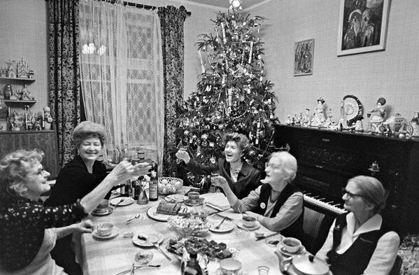Встреча Нового года в московской квартире. Задолго до Нового года бегали на рынок в поисках мандаринов (без них праздник совсем не тот) и хорошей курицы, которая запекалась в духовке с картошечкой - самое доступное из горячих блюд. - Sputnik Беларусь