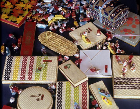Продукция минской кондитерской фабрики Коммунарка 1967 года. Конфеты - всегда хороший подарок к столу. - Sputnik Беларусь
