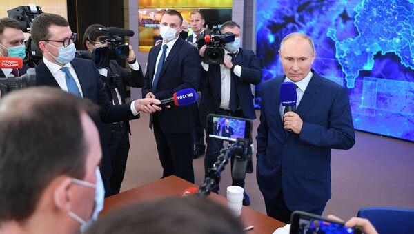Президент РФ Владимир Путин во время общения с журналистами - Sputnik Беларусь