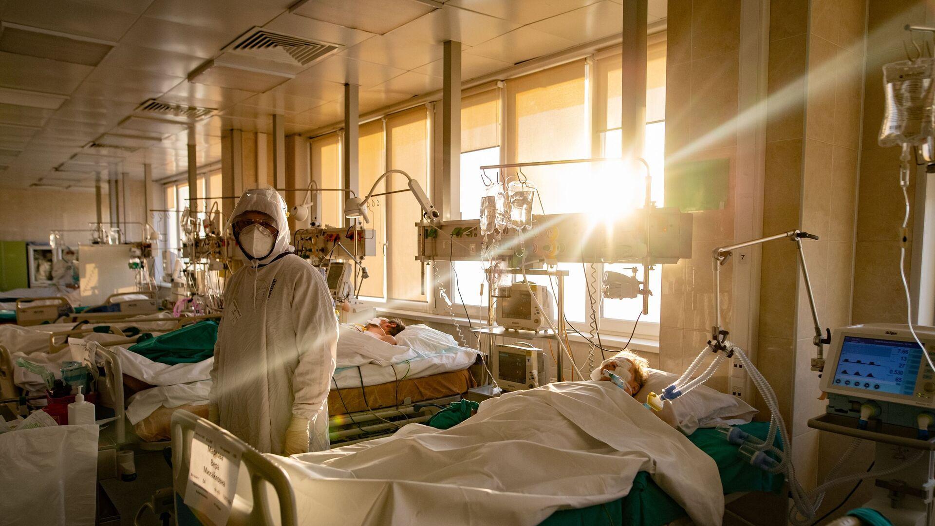 Медицинский сотрудник в отделении реанимации и интенсивной терапии - Sputnik Беларусь, 1920, 01.07.2021
