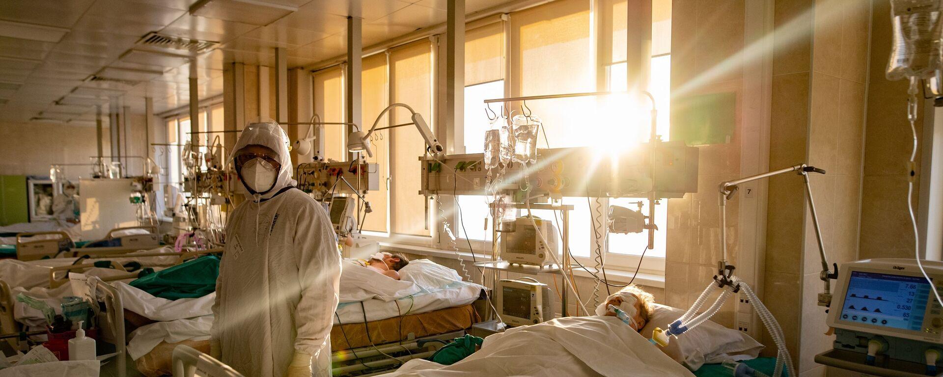 Медицинский сотрудник в отделении реанимации и интенсивной терапии - Sputnik Беларусь, 1920, 23.12.2020