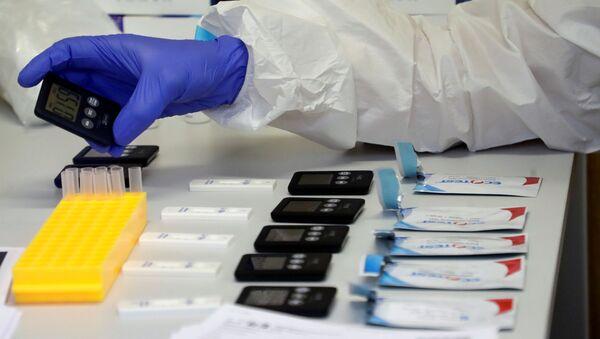 Медык працуе з тэстамі на каронавірус - Sputnik Беларусь