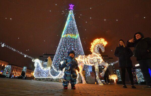 Новогодняя елка на Октябрьской площади в Минске - Sputnik Беларусь