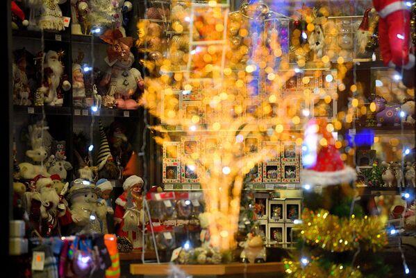 Новогодние игрушки в витрине магазинчика на Октябрьской площади в Минске - Sputnik Беларусь