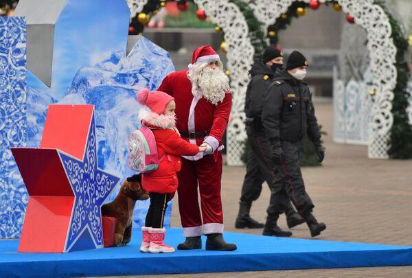 Санта Клаус позирует с детьми на Октябрьской площади в Минске - Sputnik Беларусь