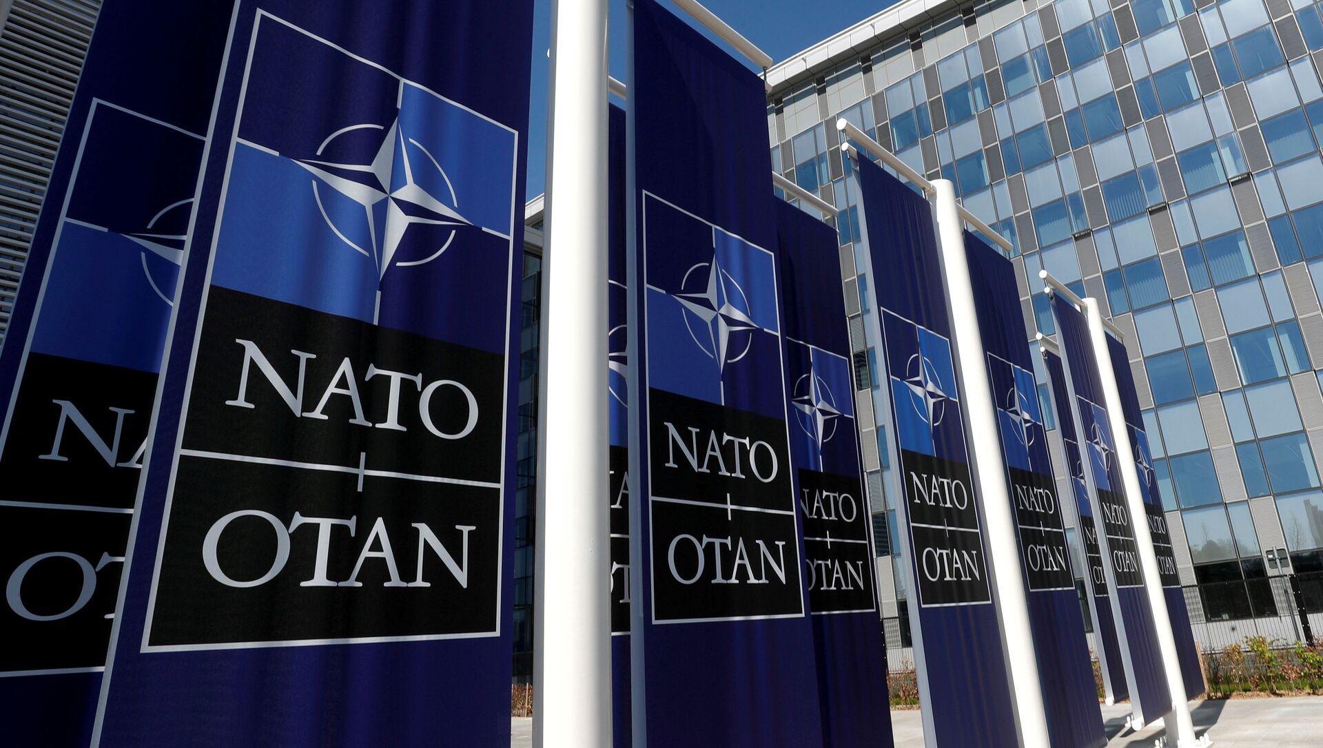 Баннеры с логотипом НАТО у входа в новую штаб-квартиру НАТО - Sputnik Беларусь, 1920, 15.06.2021
